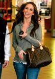 http://img44.imagevenue.com/loc369/th_38882_Jennifer_Love_Hewitt_2009-02-17_-_to_the_Grove_shopping_mall_in_LA_2159_122_369lo.jpg