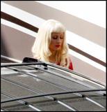 Christina Aguilera How tall is the guy behind her in the third pic? 8'3'? Foto 377 (Кристина Агилера Каким является высокий парень за ней в третьем ПИК?  Фото 377)
